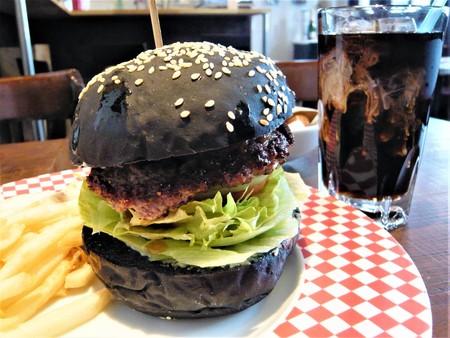 ハンバーガーとアイスコーヒー横.JPG